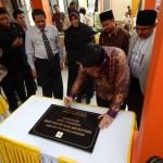 Penandatanganan Prasasti oleh Ketua KPU Husni Kamil Manik