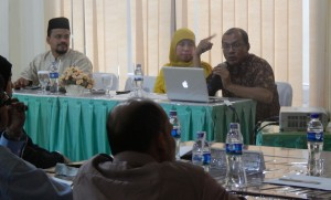 Teuku Ardiansyah dari Katahati Institute didampaingi Ketua KIP Aceh, Munawarsyah dan moderator, memberikan materi terkait menghadapi pemilih, dalam acara bimbngan teknis untuk Relawan Demokrasi KIP Banda Aceh, Jumat 7 Maret 2014