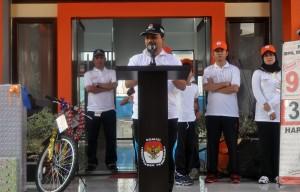 Ketua KIP Banda Aceh, Munawar Syah memberikan sambutan pada acara Jalan Sehat Menuju Pemilu di halaman Gedung KIP Kota Banda Aceh, Minggu 9 Maret 2014
