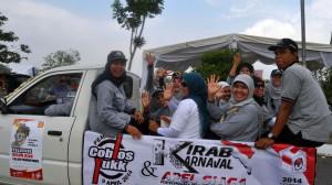Para pegawai Komisi Independen (KIP) Banda Aceh mengikuti kirab karnaval, 15 Maret 2014