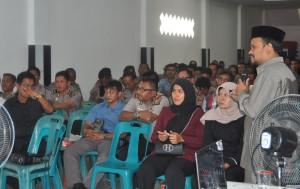 Ketua KIP Kota Banda Aceh Munawar Syah memberikan materi terkait Pidana Pemilu kepada perwira Polisi Polresta Banda Aceh, 17 Februari 2014.