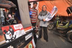 BANDA ACEH -- Relawan Demokrasi Sekmen Marginal Komisi Independen Pemilihan (KIP) Banda Aceh, sosialisasi Pemilu 2014 kepada tukang becak di depan Pasar Aceh, Banda Aceh, Kamis (20/3). Pengenalan pemilu kepada tukang becak tersebut bertujuan agar para tukang becak dapat mengikuti Pemilu mendatang dengan benar. (zulkarnaini)