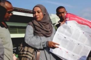 Relawan Demokrasi KIP Banda Aceh, memberikan pemahaman tatacara mencoblos kepada nelayan di Lampulo Banda Aceh, Kamis, 27 Maret 2014.