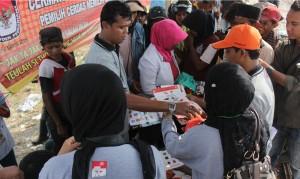 Relawan Demokrasi KIP Banda Aceh membagikan alat peraga tata cara pencoblosan kepada pemulung di TPA Gampong Jawa Banda Aceh, Sabtu, 22 Maret 2014.
