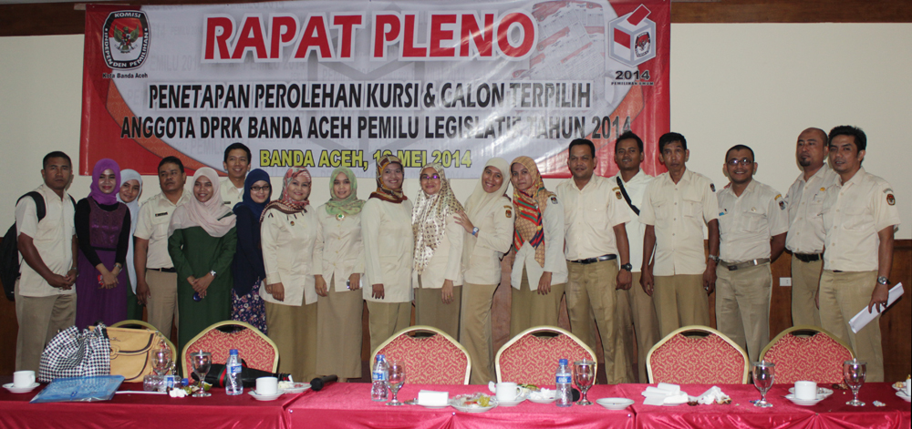 Pegawai KIP Kota Banda Aceh, berpose bersama usai melaksanakan Rapat Pleno penetapan calon anggota DPRK KOta Banda Aceh terpilih. Di Hotel Mekah, Senin 12 Mei 2014.