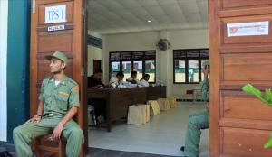 Petugas Linmas berjaga di depan TPS 1 Gampong Beurawe, Kecamatan Kuata Alam.