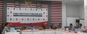 Munawar Syah, MA, Ketua KIP Banda Aceh sedang memberikan penjelasan tentang Matrik perbandingan Undang-Undang yang tersedia dalam Pilkada 2017 di Aceh pada Acara Audiensi KIP Banda Aceh dengan KIP Aceh (Ruang Media Center KIP Aceh, 22 April 2015)