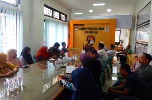 Dr Fauzi Saleh sedang menyampaikan Tausiyah Bulanan KIP Banda Aceh tentang Etika Pelayanan Publik (Ruang Rapat Media Center KIP Kota Banda Aceh-22 Mei 2015)