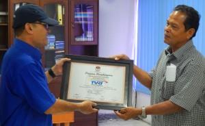 M. Dahlan Divisi Sosialisasi KIP Banda Aceh menyerahkan Piagam Penghargaan kepada TVRI Aceh pada Acara Kunjungan Media Visit KIP Banda Aceh (Ruang Rapat TVRI Aceh, 28 Mei 2015)