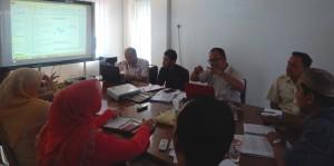Jaringan Survey Inisiatif (JSI) sedang memaparkan Riset Penelitian kepada para Komisioner KIP Banda Aceh (Ruang Rapat KIP Banda Aceh, 03 Juni 2015)