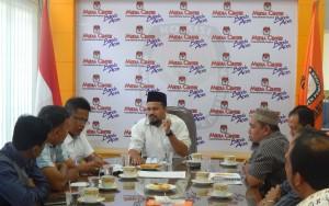 Ketua KIP Banda Aceh Munawar Syah sedang menjawab pertanyaan dari Aminullah Usman terkait dengan Undangan Memilih Model C6 pada Pilkada 2017 (Ruang Media Center KIP Banda Aceh, 22/12/2015)