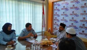 Ketua KIP Kota Banda Aceh Munawar Syah sedang menjelaskan beberapa hal terkait beberapa pertanyaan dari pihak Kanwil Kemenkumham Provinsi Aceh (Media Center KIP Kota Banda Aceh, 22/02/2016)- (Foto by : Media Center KIP Kota Banda Aceh)