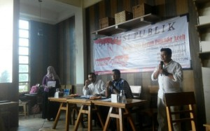 Ketua panitia, Mirza Fanzikri dalam sambutannya pada diskusi publik bertemakan Menuju Pilkada 2017 bersih, jujur dan santun di 3in1 coffee, Banda Aceh, Sabtu (26/3). (Kanal Aceh/Aidil Saputra)
