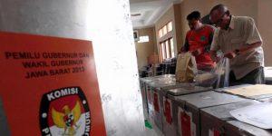 Ilustrasi: Petugas mengecek kelengkapan logistik untuk Pemilihan Gubernur Jawa Barat 2013 di Ruang Penyimpanan Logistik Panitia Pemungutan Suara (PPS) Kelurahan Tamansari di Kantor Kelurahan Tamansari, Kecamatan---TRIBUN JABAR/GANI KURNIAWAN