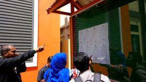 Masyarakat sedang melihat pengumuman lulus sebagai Panitia Pemilihan Kecamatan (PPK) Kota Banda Aceh di Kantor KIP Kota Banda Aceh (16/07/2016)