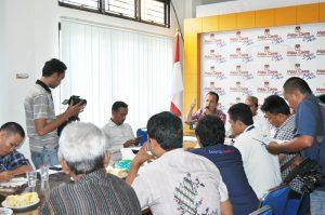 Komisioner KIP Kota Banda Aceh, Indra Milwady sedang menjelaskan hasil Penelitian syarat dukungan Bakal Pasangan Calon Perseorangan saat Konferensi Pers di Media Center KIP Kota Banda Aceh (11/08/2016)