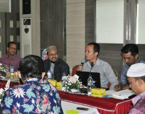 Divisi Teknis Penyelenggara Komisi Independen Pemilihan (KIP) Kota Banda Aceh menjelaskan formulir yang digunakan nantinya pada saat Pendaftaran Bakal Pasangan Calon Walikota dan Wakil Walikota dalam Pertemuan Tatap Muka dan Sosialisasi Peraturan Komisi Pemilihan Umum (PKPU) No 6 tentang Penyelenggaraan Pemilihan Daerah Khusus di Gedung Balai Wali Kota Banda Aceh (09/09/2016)