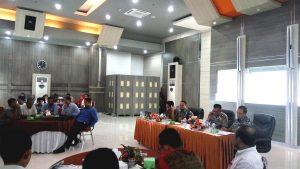 Ketua Komisi Independen Pemilihan (KIP) Kota Banda Aceh, Munawar Syah sedang memberikan penjelasan terkait Tahapan Kampanye pada Pemilihan Walikota dan Wakil Walikota Banda Aceh Tahun 2017 di Aula Lantai IV Pemerintah Kota Banda Aceh (18/10/2016)